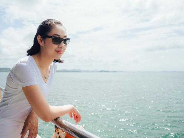 Asiatische touristische frau auf der fähre ist auf dem weg für seereise