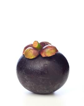 Asiatische tropische mangostanfruchtfrucht auf weißem hintergrund