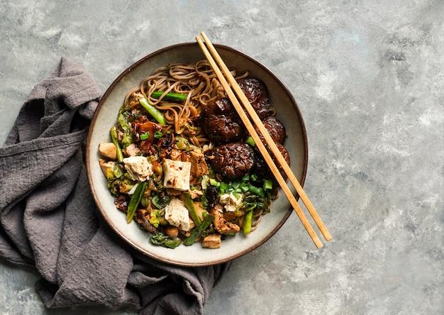 Asiatische vegane soba-nudel mit tofu-käse, shiitake-pilze, ansicht von oben,