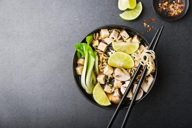 Asiatische vegetarische suppe des tofus gedient in der schüssel