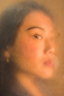 Asiatische vorbildliche nahaufnahme der seitenansicht