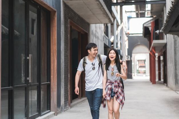 Asiatische wandererpaare des reisenden, die sich glücklich fühlen, in peking, china zu reisen