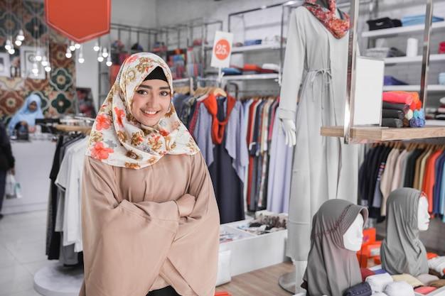 Asiatische weibliche boutique-modegeschäftsinhaberin