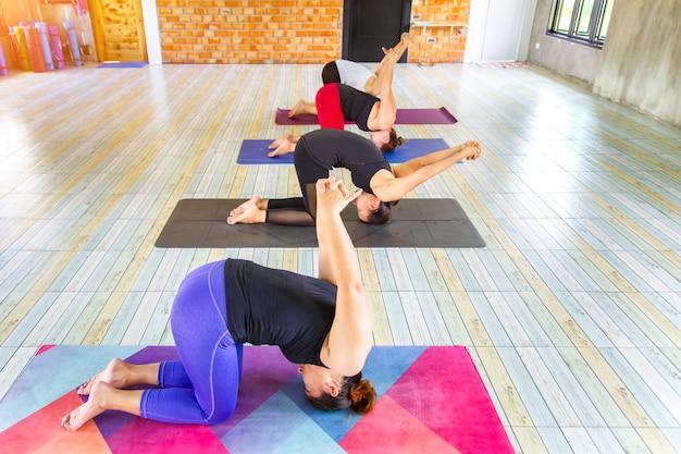 Asiatische weibliche gruppe der draufsichtbild-eignung, die namaste yogahaltung tut