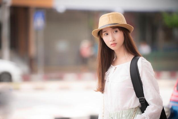 Asiatische weibliche touristen, die nach reiserouten suchen
