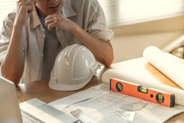 Asiatische wirtschaftsingenieur-mannkopfschmerzen betonten wegen der arbeitsfehlerprobleme über gewinnverluste.