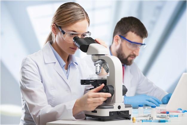Asiatische wissenschaftlerin, forscherin, technikerin,
