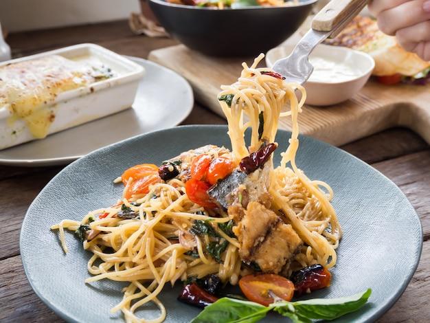 Asiatische würzige spaghetti mit makrele, basilikum und kühl getrocknet