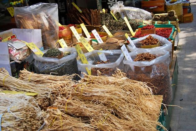 Asiatischen markt von getrockneten pflanzen kräuter
