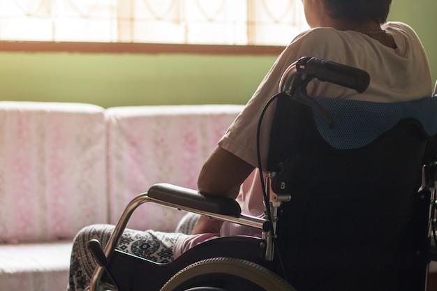 Asiatischer älterer oder älterer frauenpatient alter dame auf rollstuhl, gesundes medizinisches konzept