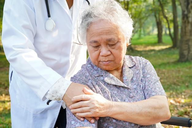Asiatischer älterer oder älterer frauenpatient alter dame sorgfältig