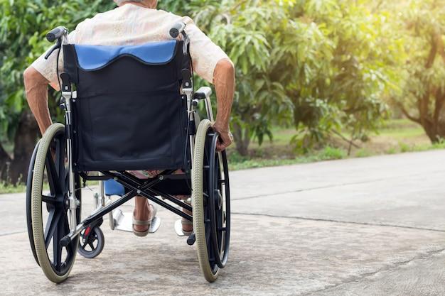 Asiatischer älterer oder älterer frauenpatient der alten dame auf rollstuhl am vorderen haus