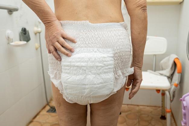 Asiatischer älterer oder älterer patient der alten dame, der inkontinenzwindel in der krankenstation trägt, gesundes starkes medizinisches konzept