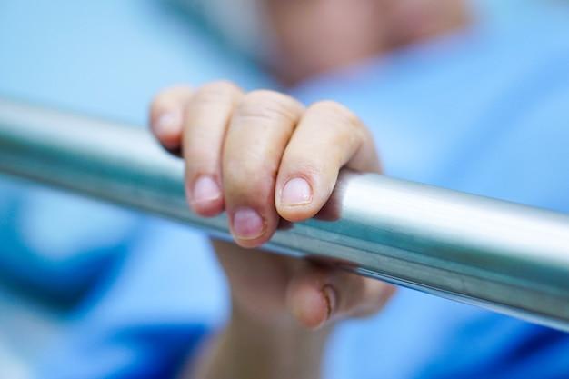 Asiatischer älterer oder älterer patient der alten frau legen sich nieder, behandeln das schienenbett mit hoffnung.