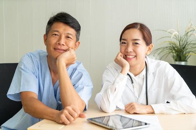 Asiatischer älterer patient, der mit arzt konsultiert