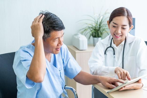 Asiatischer älterer patient mit rücksprache mit dem arzt