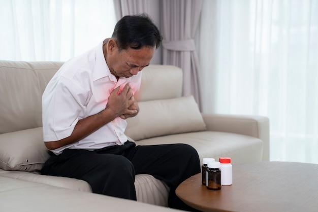 Asiatischer alter mann mit herzinfarkt