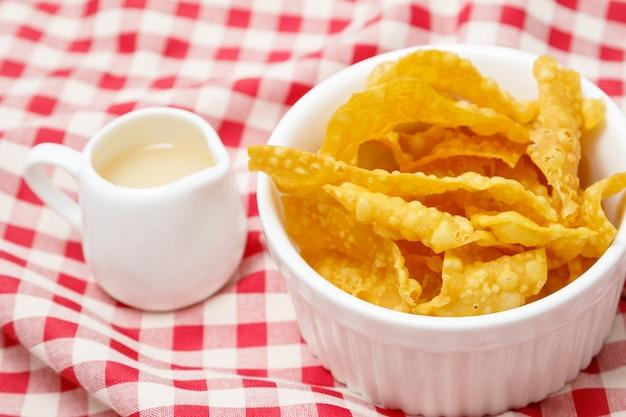 Asiatischer artlebensmittelaperitif frittierter wonton, knusperiger wonton