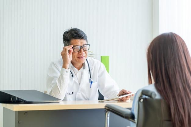 Asiatischer arzt und patient beraten