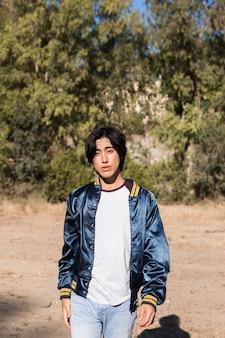 Asiatischer attraktiver jugendlicher im park