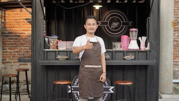 Asiatischer barista, der im container-café in ordnung gestikuliert?