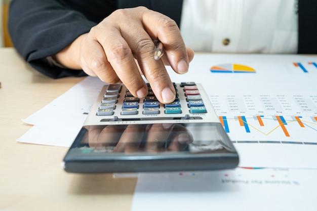 Asiatischer buchhalter, der finanzberichte arbeitet reports