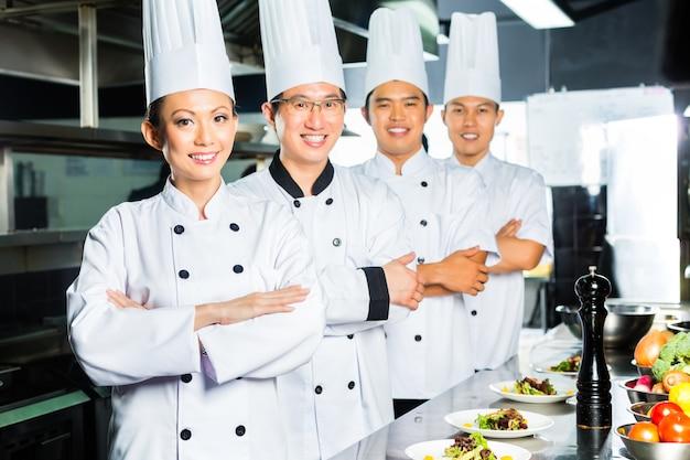 Asiatischer chef beim restaurantkochenkochen
