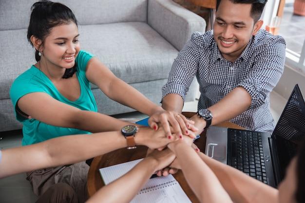 Asiatischer college-freund geben hand zusammen hand