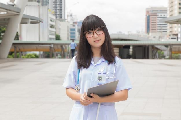 Asiatischer doktor, der draußen arbeitet