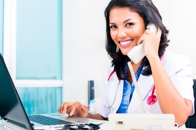 Asiatischer doktor in der büroverwaltungsarbeit