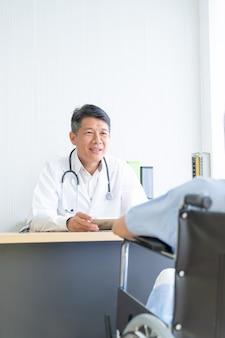Asiatischer doktor und patient besprechen sich