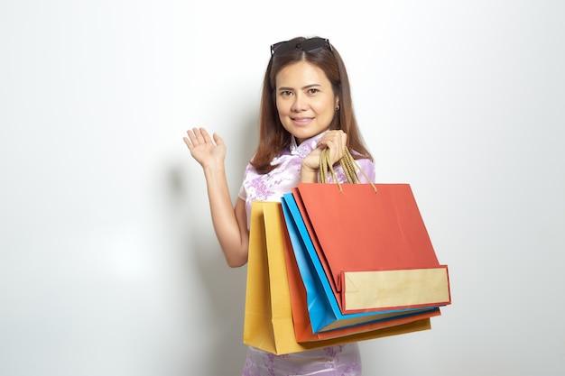 Asiatischer einkaufstascherabatt der frau schwarzer freitag