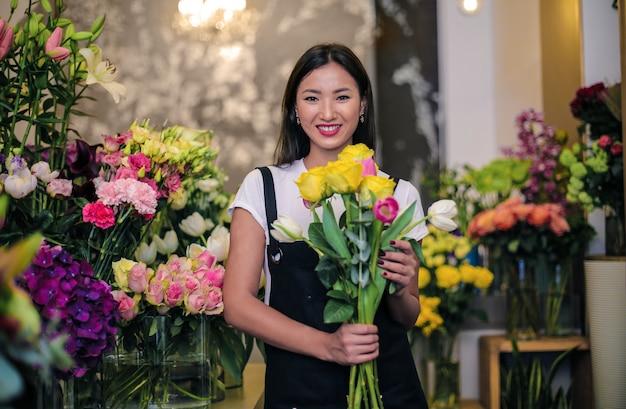 Asiatischer florist in ihrem geschäft