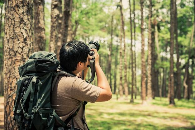 Asiatischer fotograf, der schönen moment der natur über kiefer einfängt