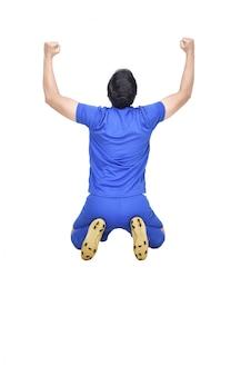 Asiatischer fußballspielermann des glückes mit feiergeste