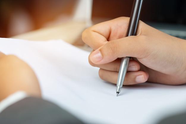 Asiatischer geschäftsfrau manager, der bewerberunterlagenunterlagen prüft und unterzeichnet