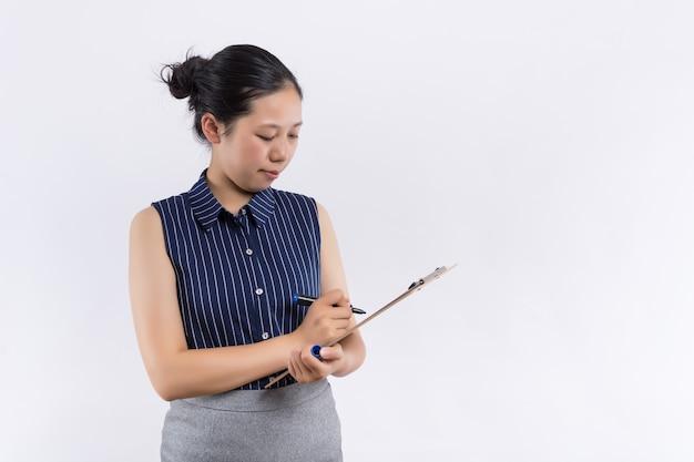 Asiatischer geschäftsfraugriff mit ordner