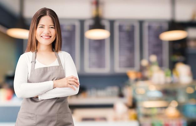 Asiatischer geschäftsinhaber mit bäckereihintergrund