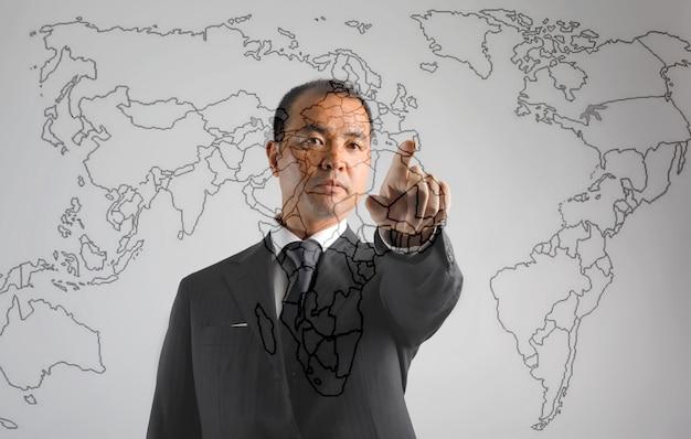 Asiatischer geschäftsmann, der auf einer karte darstellt