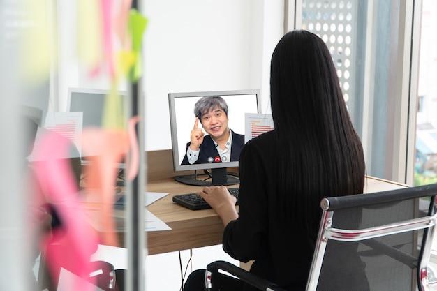 Asiatischer geschäftsmann, der dem kunden einen videoanruf zum sprechen und präsentieren der arbeit durch die videokonferenz macht.