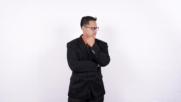 Asiatischer geschäftsmann, der denkt und idee lokalisierten weißen hintergrund erhält