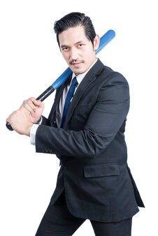 Asiatischer geschäftsmann, der einen baseballschläger hält