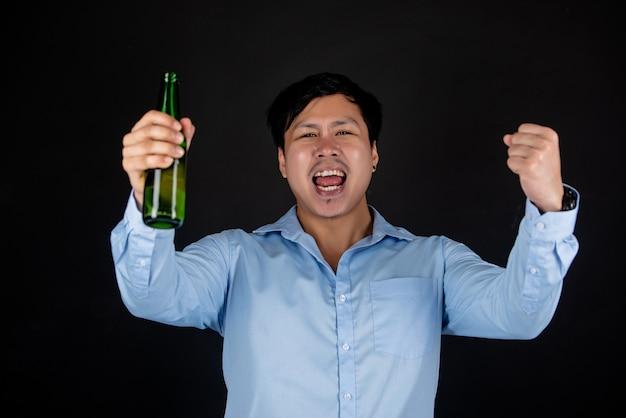 Asiatischer geschäftsmann mit bierflasche