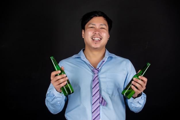 Asiatischer geschäftsmann mit bierflaschen