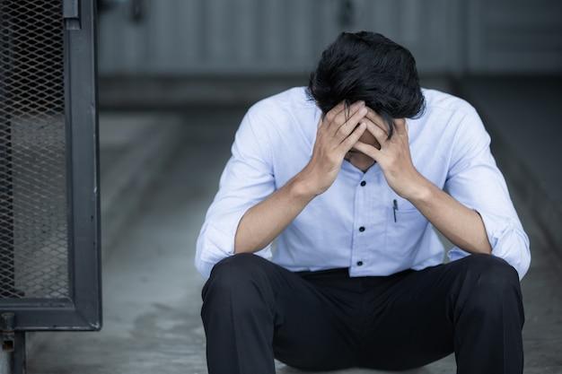 Asiatischer geschäftsmann traurig und entmutigt im leben