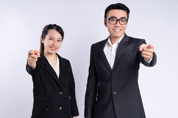Asiatischer geschäftsmann und geschäftsfrau posiert auf weißem hintergrund
