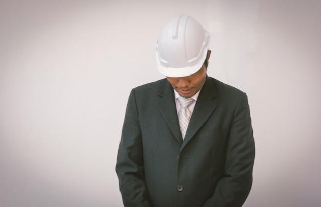 Asiatischer geschäftsmann uno erfolgreich mit job im schwarzen anzug