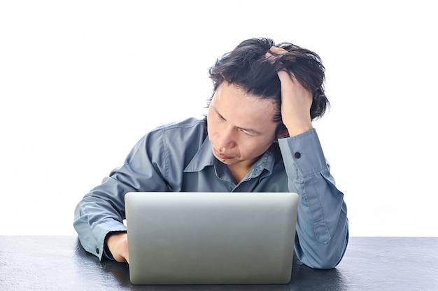 Asiatischer geschäftsmannstress oder -spannung im büro mit burnout-syndrom bei schreibtischarbeit bezogenem stress und burnout