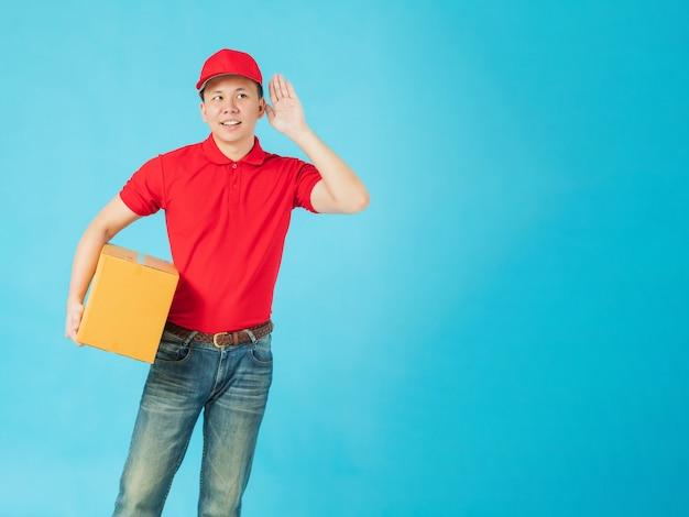 Asiatischer glücklicher zusteller, der ein rotes hemd trägt