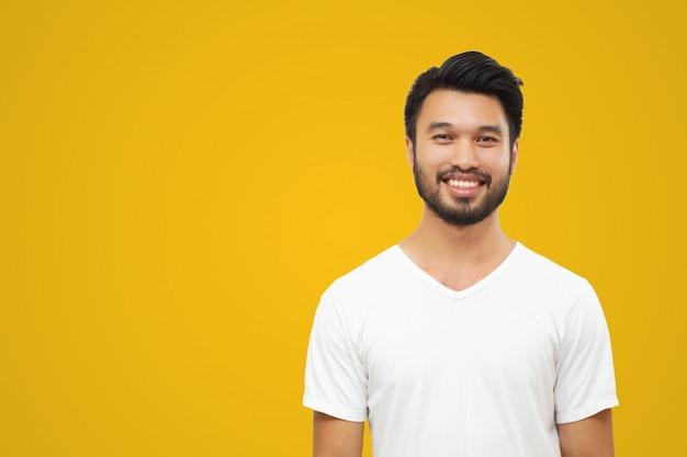 Asiatischer gutaussehender mann mit einem schnurrbart